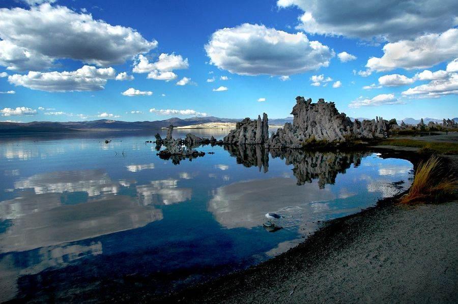 Rochas e lagoa azul