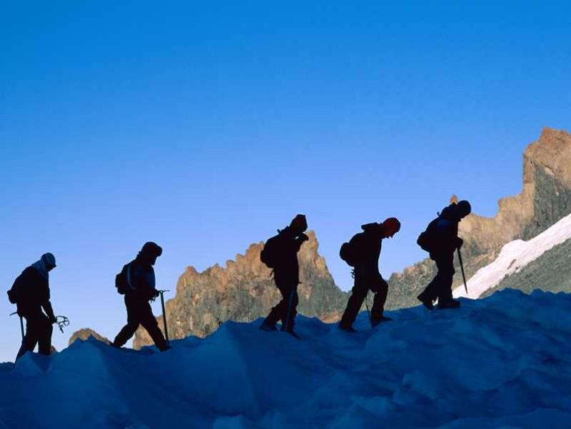 Homens escalando montanha