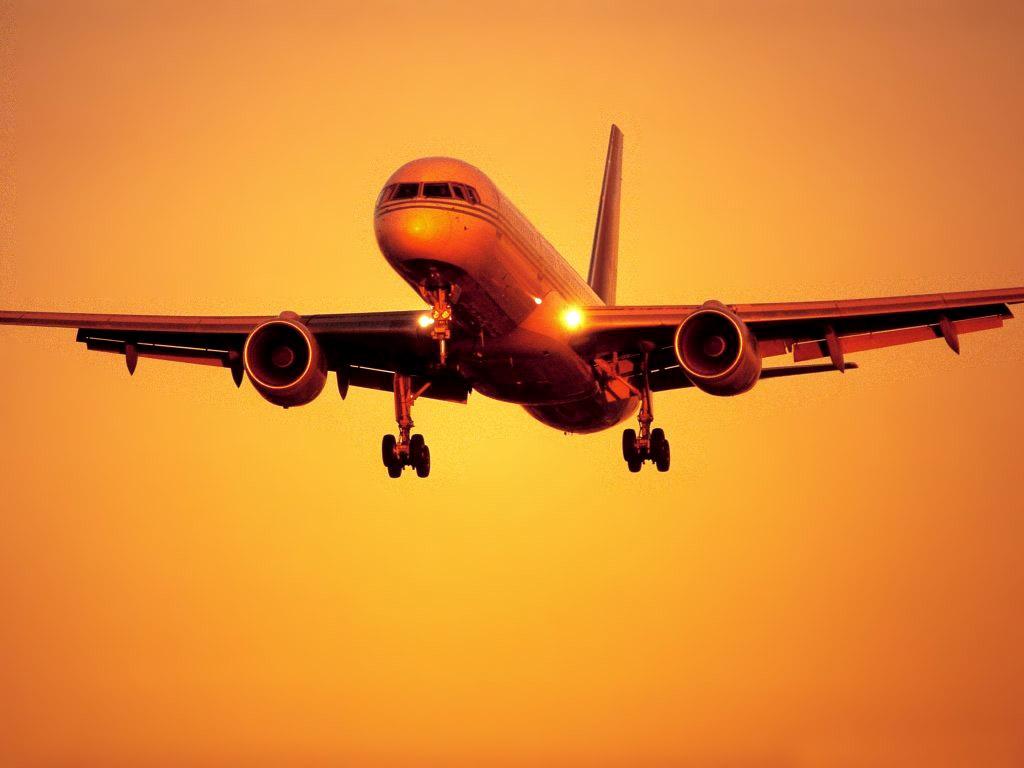 Avião decola ao por do sol